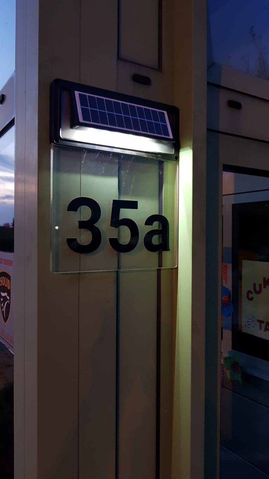 Solarne podświetlenie tabliczki z numerem budynku