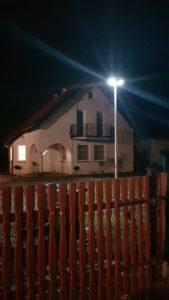 Lampa przy domku jednorodzinnym