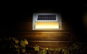 Lampa solarna na ścianie