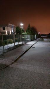 Ulica oświetlona latarniami