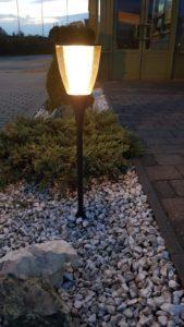 lampa dekoracyjna przy chodniku